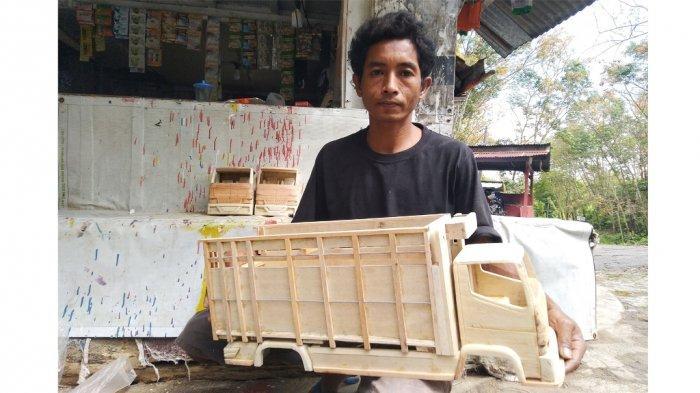 Warga Dusun Kedungboto, Desa Kedungboto, Kecamatan Limbangan Kabupaten Kendal, Suhar menunjukkan karya miniatur truk yang ditekuninya saat pandemi Covid-19, Minggu (25/7/2021).