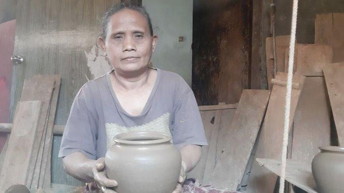 Sulastri (52) menunjukkan kendi hasil buatannya. Wanita asal Desa Mayong Lor, Kecamatan Mayong, Kabupaten Jepara iti sudah lebih 20 tahun menggeluti kerajinan gerabah.