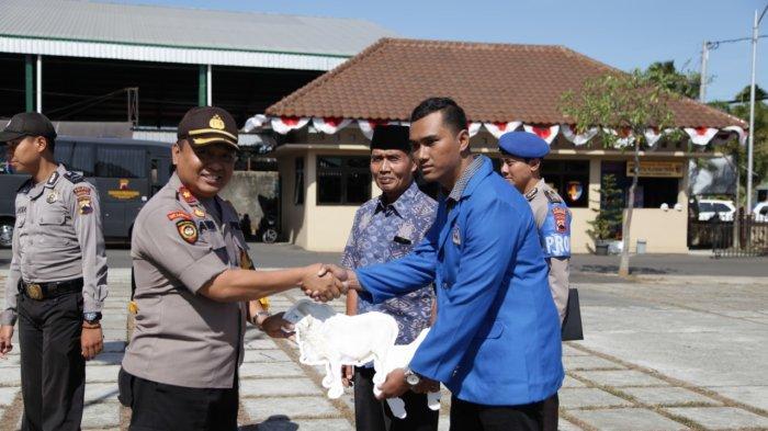 Salut, Anggota Polres Purworejo Sisihkan Penghasilan Beli 15 Kambing Dibagikan ke Panti Asuhan