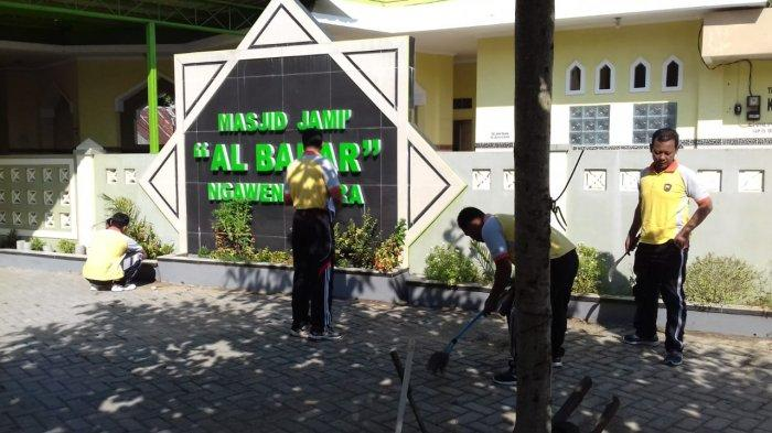 HUT Bhayangkara ke-73, Polsek Ngawen Polres Blora Sumbang Semen dan Bersihkan Masjid Al Badar