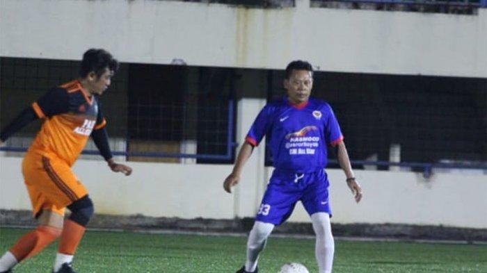BAPAK-BAPAK - Pemain sepakbola usia 45 ke atas saat main di Stadion Citarum Semarang beberapa waktu lalu.
