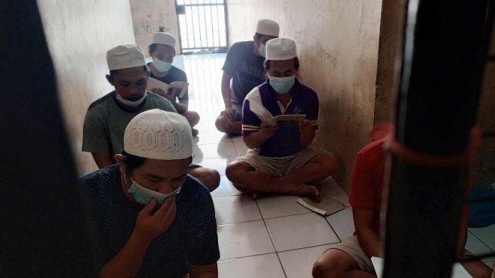Para tahanan di Polsek Tembalang tampak khusyuk mengikuti tausiah dan baca asmaul husna, di Kota Semarang, Selasa (20/4/2021).