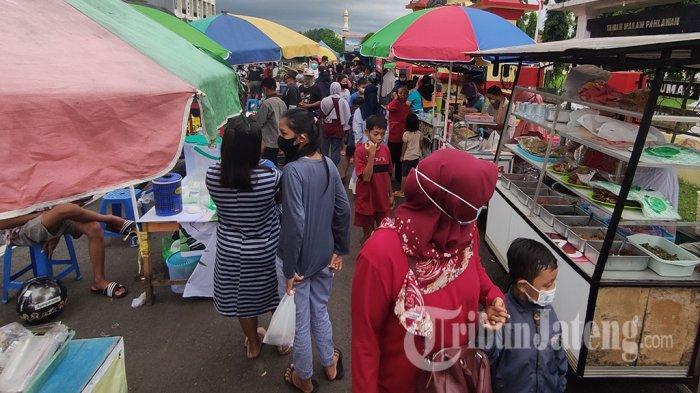 Pedagang Takjil Padati Taman Makam Pahlawan Purwokerto