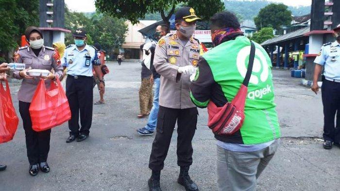 TNI, Polri, dan Rutan Wonogiri Bagikan Ratusan Takjil Hasil Olahan Dapur Umum