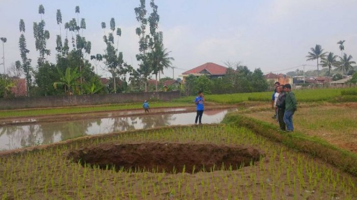 Ada Terowongan Air di Bawah Tanah Ambles Berbentuk Lubang di Sukabumi