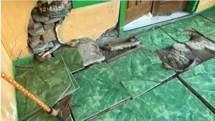 Kerusakan sejumlah rumah di Desa Majakerta, Kecamatan Watukumpul, Pemalang, karena pergerakan tanah di sekitar desa, Selasa (6/4/2021).