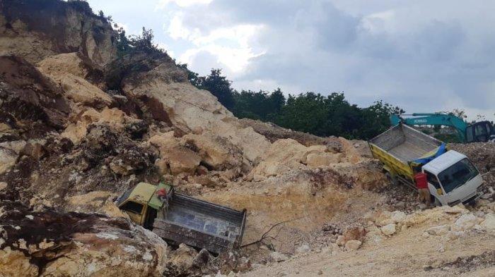 Tanah longsor di area tambang batu padas Dukuh Sono, Desa Baleadi, Kecamatan Sukolilo, Kabupaten Pati, Kamis (24/12/2020).