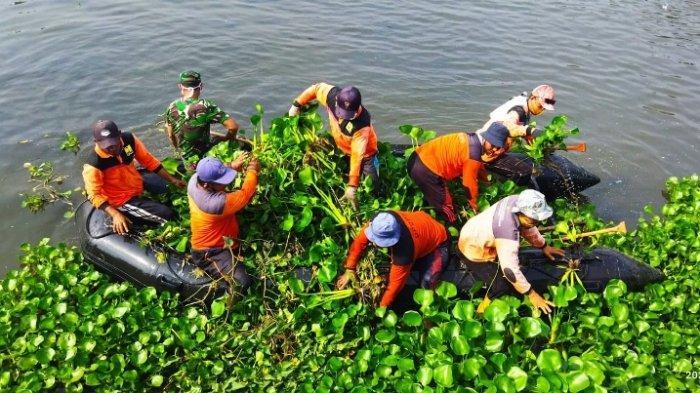 Cegah Banjir di Musim Hujan, Petugas Susuri Sungai di Kendal, Angkut Sampah dan Eceng Gondok