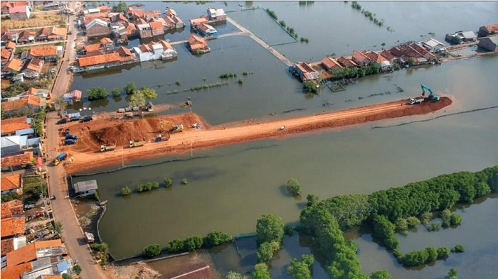 Pembangunan Tanggul Raksasa Penahan Rob Kota Pekalongan Terkedala Cuaca
