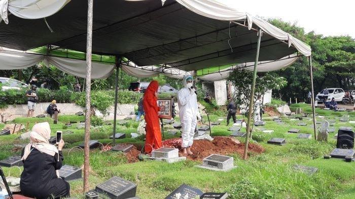 Foto Pemakaman Rina Gunawan Sesuai Protokol Covid-19, Teddy Syach Menangis: Aku Sudah Ikhlas