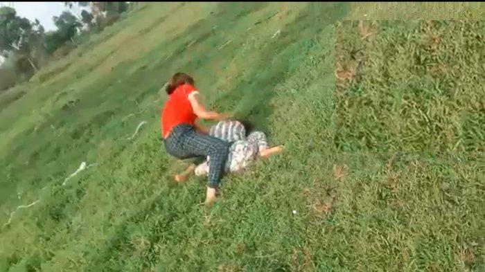Viral Video Gadis ABG Dihajar di Tengah Lapangan, Korban Sampai Sujud