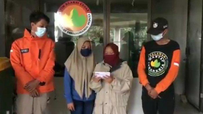 Tangkapan dua gadis ABG yang meminta maaf seusai menjarah minuman kemasan yang berceceran di lokasi kecelakaan Tawangmangu, Kabupaten Karanganyar, Jumat (22/1/2021).
