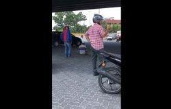 Viral Orang Sholat di Tengah Jalan, Para Pengendara Motor Sigap Mengatur Lalulintas