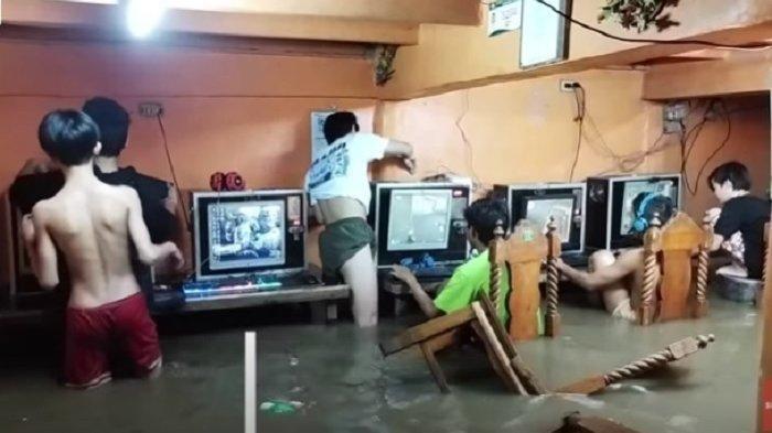 Meski Warnet Direndam Banjir, Anak-anak tetap Lanjut Main Game