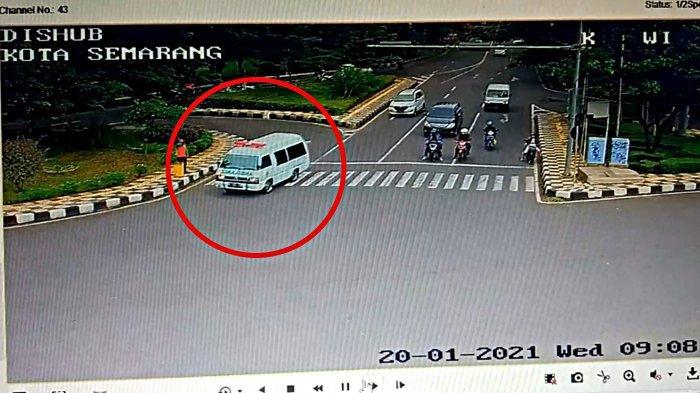 Tangkapan layar rekaman CCTV ATCS Dishub Kota Semarang saat kecelakaan ambulans menabrak pemotor di kawasan Kaliwiru Kota Semarang pukul 09.08 WIB. (Dishub Kota Semarang).