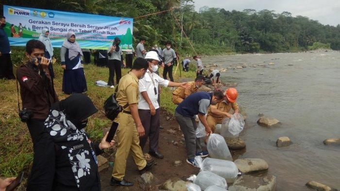Ultah dan Peringati Hari Air Sedunia, Siswa SMAN 1 Sigaluh Banjarnegara Tebar Ikan di Sungai Serayu