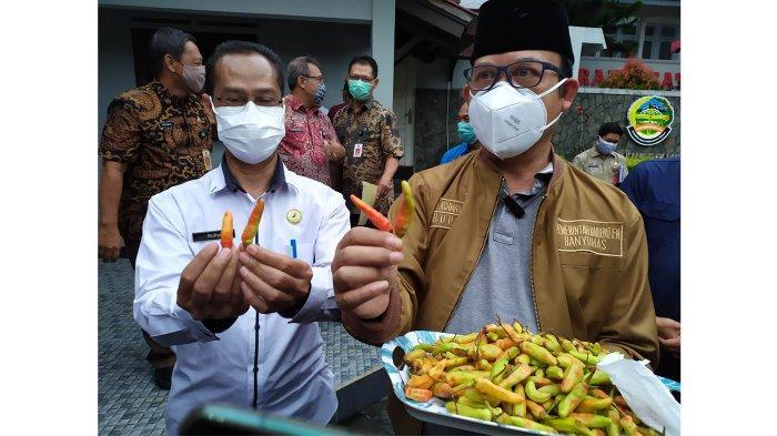 Bupati Banyumas, Achmad Husein bersama Kepala Loka POM Banyumas, Suliyanto saat menunjukan temuan cabai yang diduga dicat saat melakukan rilis di Pendopo Si Panji, Purwokerto, pada Rabu (30/12/2020).