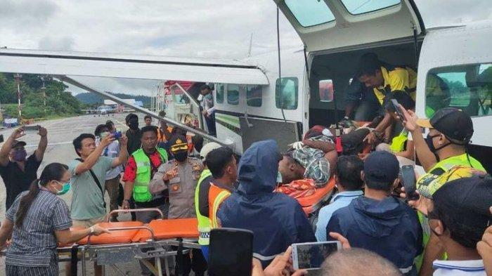 Alemanek Bagau, salah satu tenaga medis yang menjadi korban penembakan oleh KKB Distrik Wandai, Kabupaten Intan Jaya, tengah dievakuasi di Bandara Sugapa menuju Bandara Nabire, Papua, Sabtu (23/5/2020).