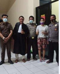 Terdakwa Anik Puji Kurniasih foto bersama denga kuasa hukumnya usai dikeluarkan dari tahanan di Polsek Gajahmungkur Semarang, Senin (24/5/2021) malam.