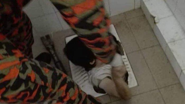 Wanita Ini Kepleset di Toilet Badannya Masuk ke Lubang Kloset Jongkok sampai Sedada