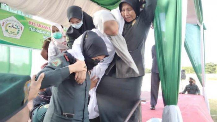 Wanita Ini Pingsan Seusai Dicambuk 100 Kali karena Kasus Zina di Lhokseumawe Aceh