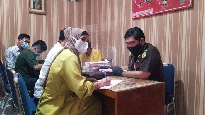 Tersangka Cynthiara Alona berpakaian gamis warna kuning saat datang ke Kejari Kota Tangerang untuk memenuhi berkas soal prostitusi online, Rabu (14/7/2021).