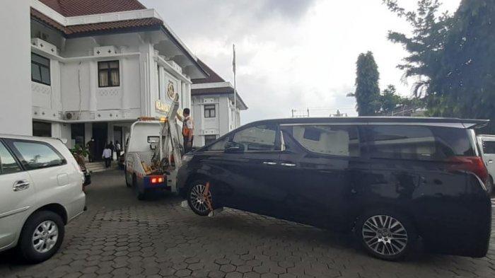 Mobil Alphard milik bos tekstil, LJ, ketika dibawa ke Kejaksaan Negeri (Kejari) Solo beserta barang bukti, Senin (8/3/2021).