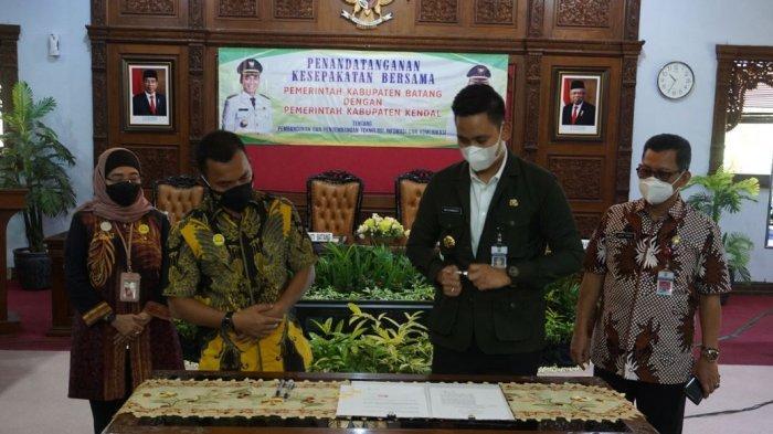 Bupati Batang Wihaji bersama Bupati Kendal Dico M Ganinduto menandatangani MoU tentang pembangunan dan pengembangan teknolgi dan komunikasi di Aula Kantor Bupati Batang, Jum'at (12/3/2021).