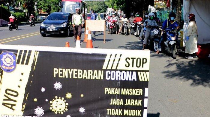 BERITA FOTO :  Tim Gugus Tugas Penanggulangan Covid-19 Kota Semarang Lakukan Tes Suhu Tubuh Pemotor