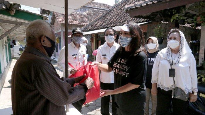 Tia Hendi Bagikan Ribuan Paket Sembako PPKM Darurat Door to Door ke Kelurahan