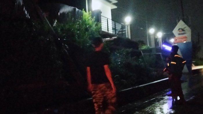 BREAKING NEWS: Hujan Lebat, Tiang Listrik di Jalan Suratmo Semarang Barat Ambruk