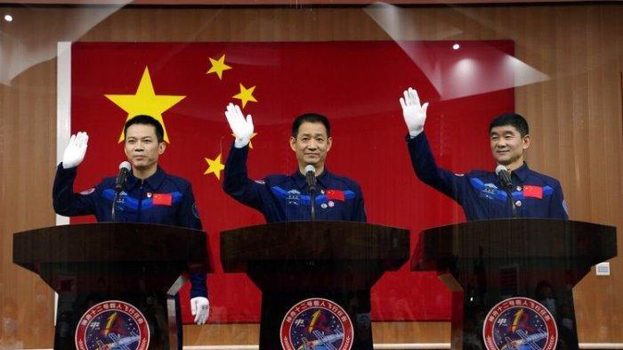 Luncurkan Pesawat Ulang-alik Shenzhou-12, China Kirim 3 Astronot ke Luar Angkasa