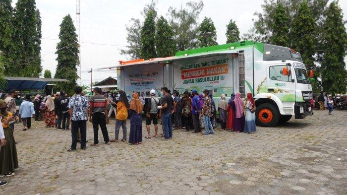 ACT Jateng Bagikan Bantuan Beras di Gempol Sewu Kendal, Bupati Dico: Program yang Sangat Baik