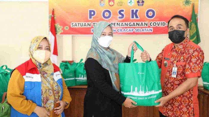 Tim CSR Pertamina RU Cilacap bersama pengurus PWP, kepada Camat Cilacap Selatan  Bintang Dwi Cahyono, di Posko penanganan Covid-19 Kecamatan Cilacap Selatan, Selasa (10/8 /2021).