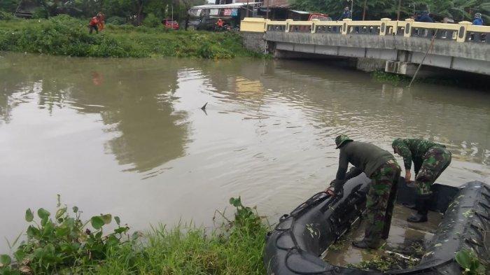 Antisipasi Banjir Susulan, DPUPR Kendal Keruk Tanaman Eceng Gondok di Kali Buntu