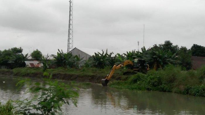 Tim gabungan dari BPBD, DPUPR, TNI, dan warga Kendal membersihkan eceng gondok yang tumbuh subur di Kali Buntu untuk mengantisipasi banjir, Rabu (20/1/2021).