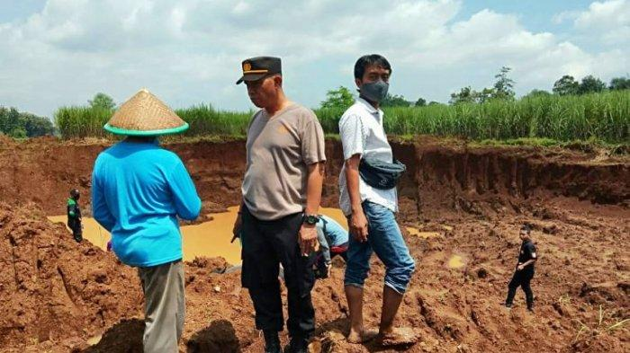 Tim gabungan saat melakukan pencarian terhadap dua bocah yang ditemukan dalam kondisi tak bernyawa di galian C yang ada di Desa Surajaya Pemalang, Senin (22/3/2021).