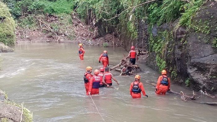 Tim gabungan saat melakukan pencarian I Komang Ayu Ardani (37) di Sungai Petanu, Gianyar, Bali, Sabtu 20 Maret 2021. VIDEO pencarian Komang Ayu jadi sorotan karena ada sosok wanita ini, begini penjelasan Basarnas Bali.