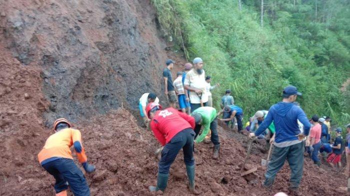 Tanah Longsor Tutup Akses Jalan di Dusun Silemut Paninggaran Kabupaten Pekalongan