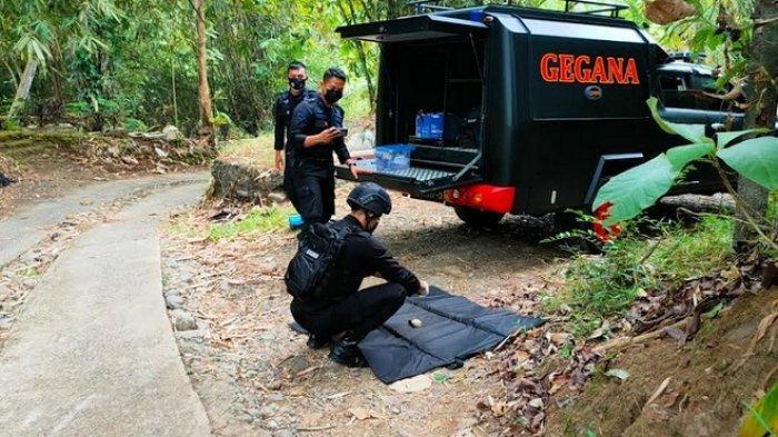proses evakuasi granat temuan warga oleh tim Jihandak Brimob, Sabtu (28/8/2021)