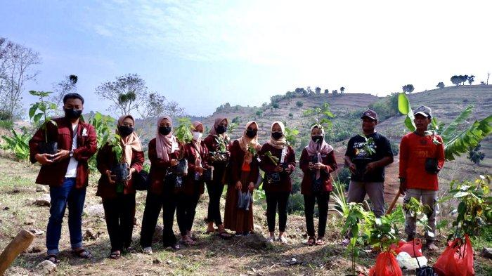 Penghijauan Bukit Patiayam, Tim KKN IAIN Kudus Tanam Pohon Bersama Kelompok Tani