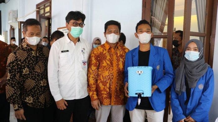 Mahasiswa KKN UMP Purwokerto Ciptakan Tong Sampah Cegah Covid-19