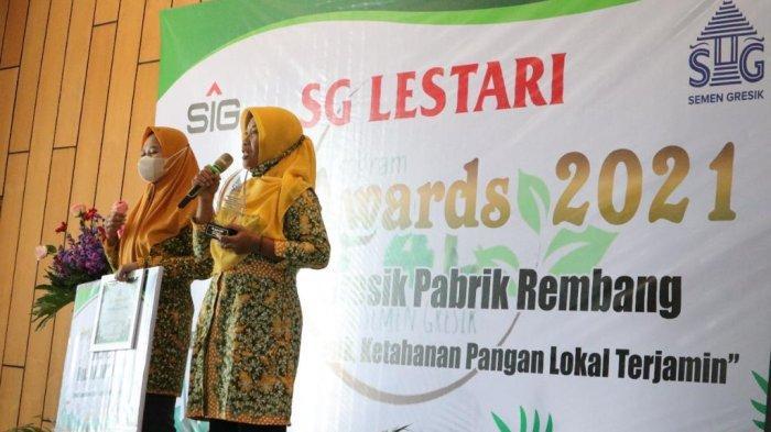 Tim Penggerak PKK Tegaldowo sebagai Perwakilan Desa Tegaldowo memberikan pidato kemenangan setelah menerima penghargaan Juara 1 P4L Awards Semen Gresik 2021.