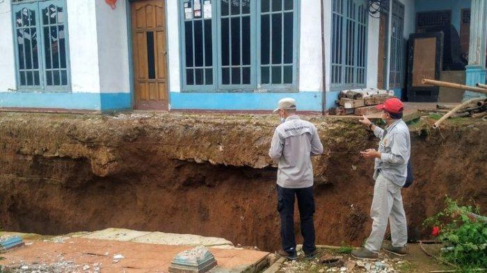 Terdengar Dentuman 2 Kali Diikuti Getaran, Warga dan Pengungsi di Sukabumi Berlarian Keluar Rumah