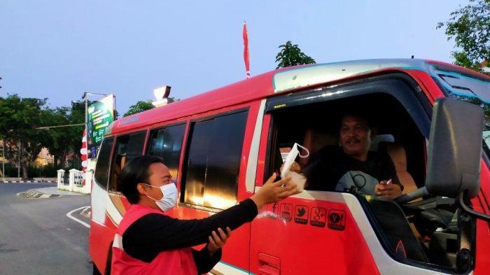 Laskar Ronggolawe Semarang Berbagi Nasi Bungkus di Jalan, Isi Waktu Senggang Tanpa Jenazah Covid-19