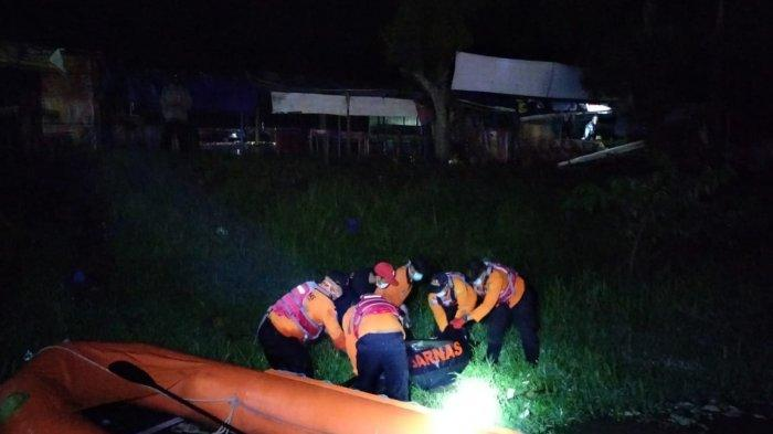 Tim SAR Bungkus Mayat Korban Jembatan Merah Banyumas