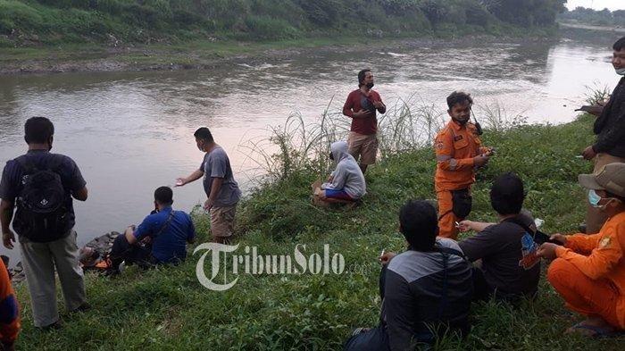 Tim SAR melakukan pencarian terhadap korban E (17) di Sungai Bengawan Solo.