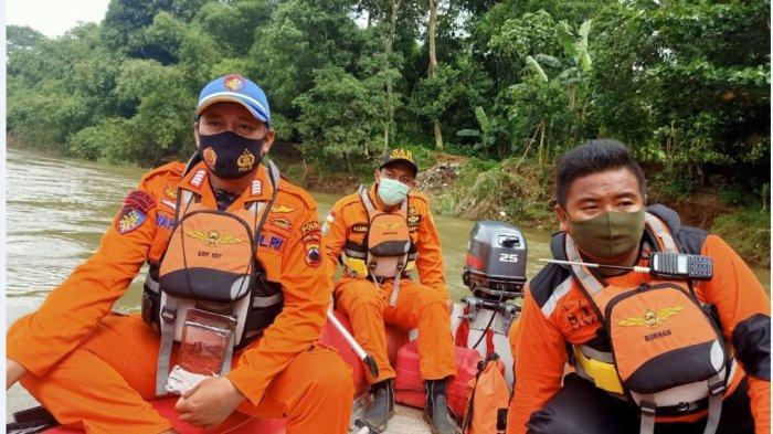 Tim SAR gabungan melakukan pencarian orang tenggelam di Sungai Sengkarang.