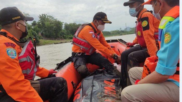 Tim SAR Gabungan saat menemukan dan mengevaluasi korban tenggelam seorang pekerja Groundsill di hari kedua, pada Rabu (14/7/2021).