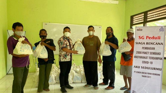 Tim Semen Gresik menyalurkan bantuan paket sembako untuk Komunitas Difabel Blora Mustika.